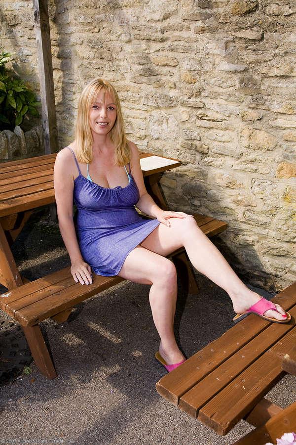 Lucy Gresty Feet (6 photos) - celebrity-feet.com
