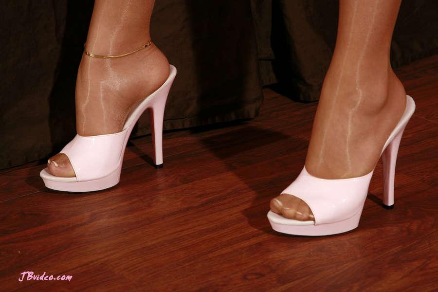 Madison Ivy Feet (11 images) - celebrity-feet.com