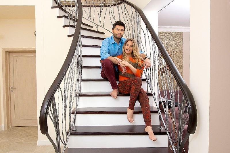 Замужнюю японку муж с женой на лестнице умело сосет член