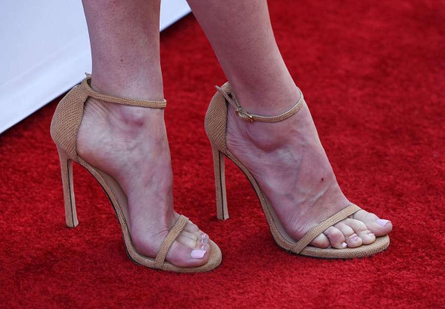 Linda Cardellini Feet