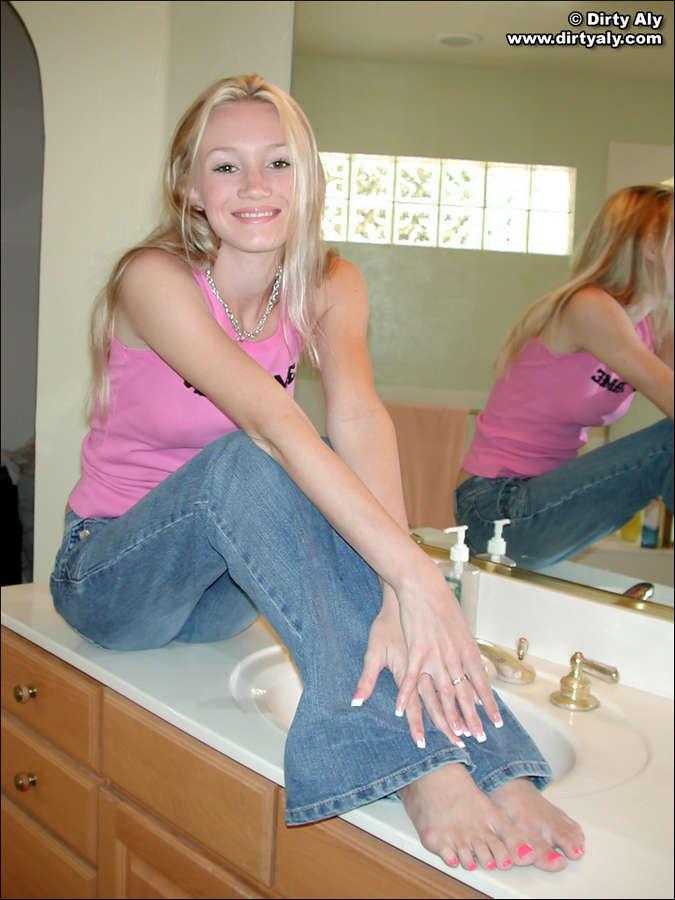 Dirty Aly Feet (7 photos) - celebrity-feet.com