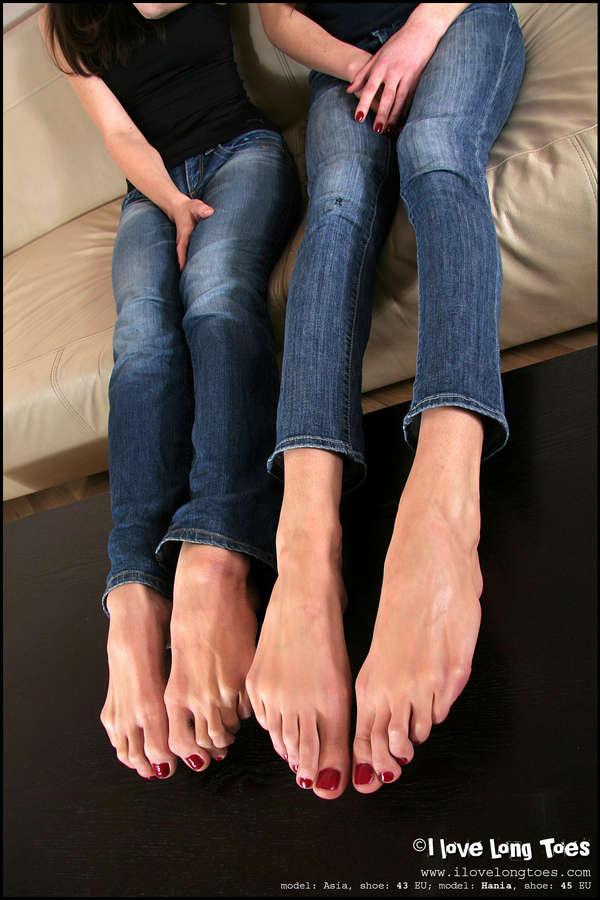 Hania Feet (2 images) - celebrity-feet.com