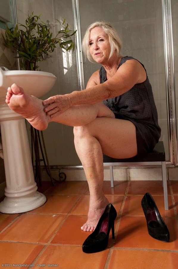 Снимающие сами ножки зрелых женщин фото секс плейбой