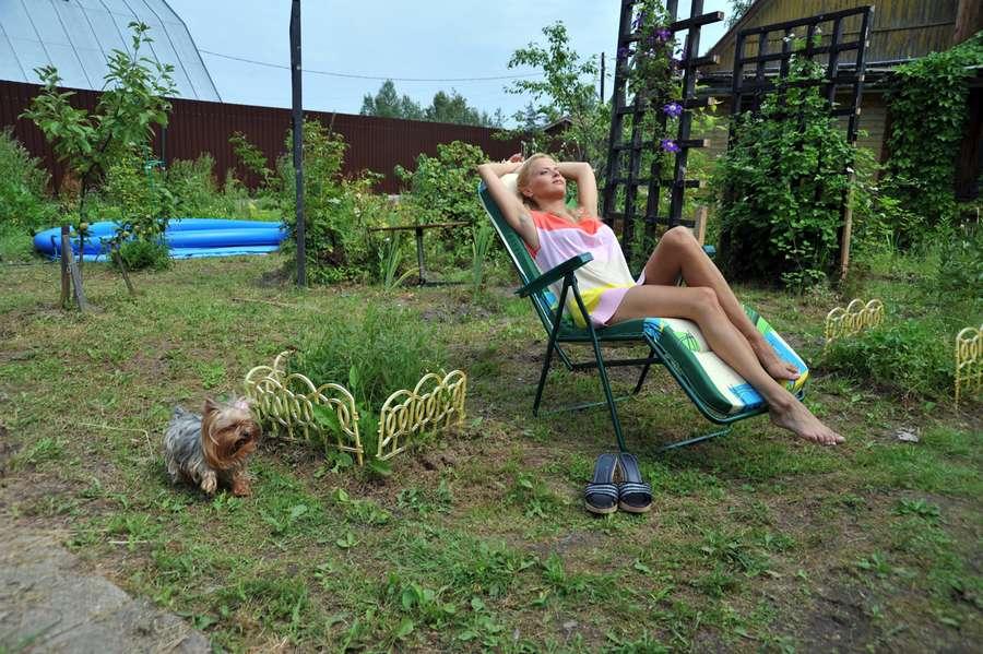 судя всему, фото как моя жена отдыхает на даче даже несовершеннолетий