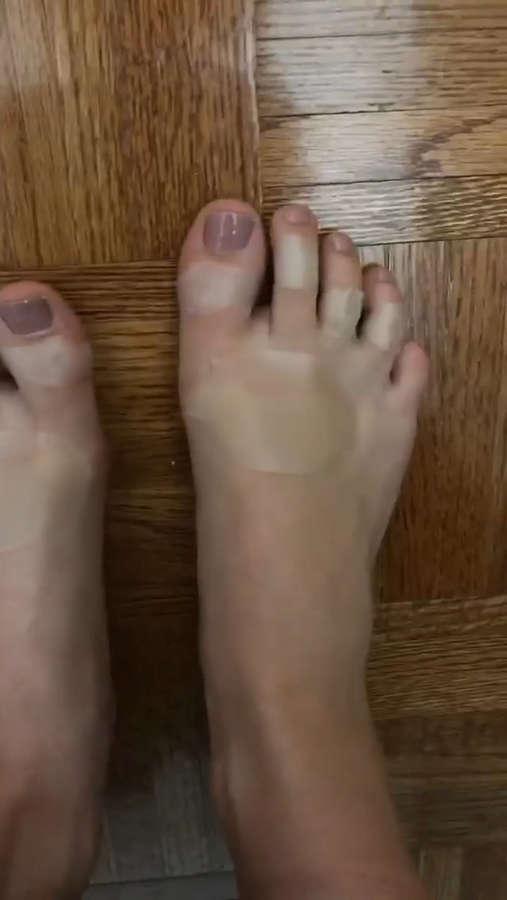 Camren Bicondova Feet