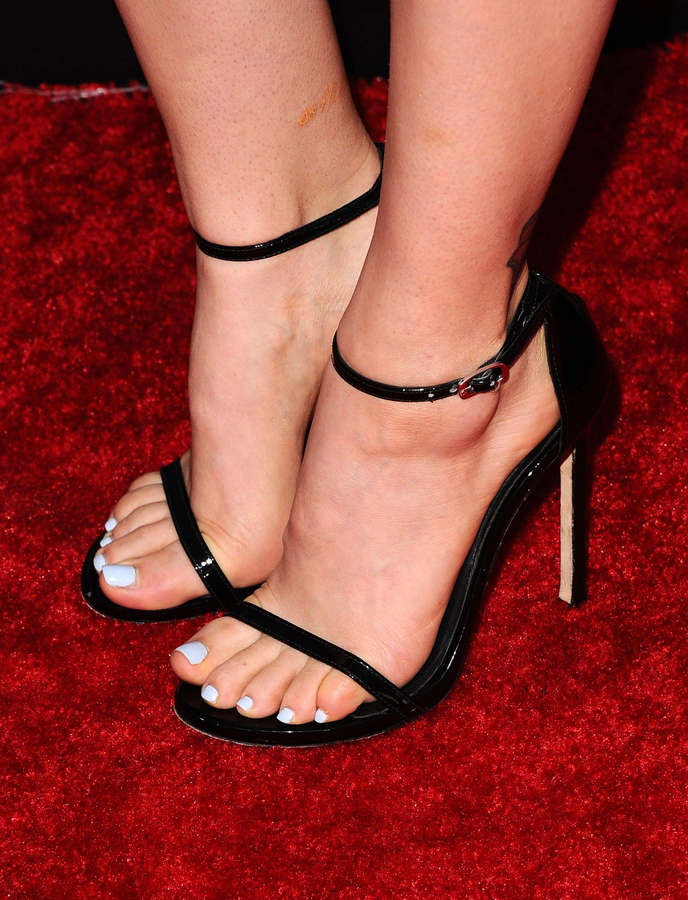 Madeline Brewer Feet