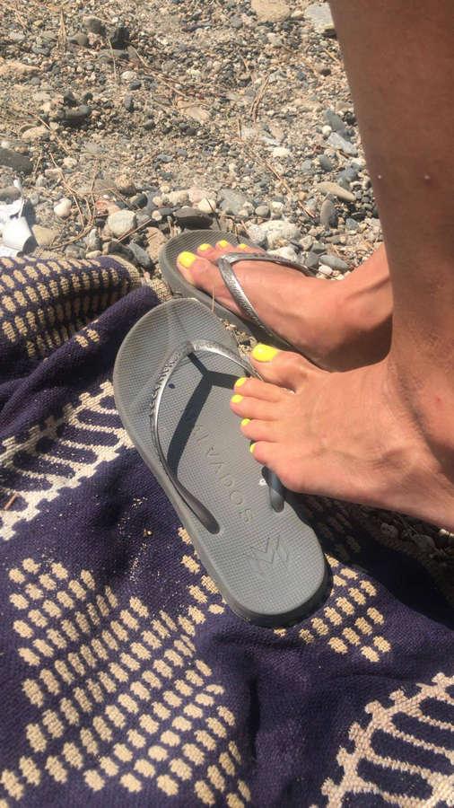 Marie Avgeropoulos Feet (2 pics) - celebrity-feet.com