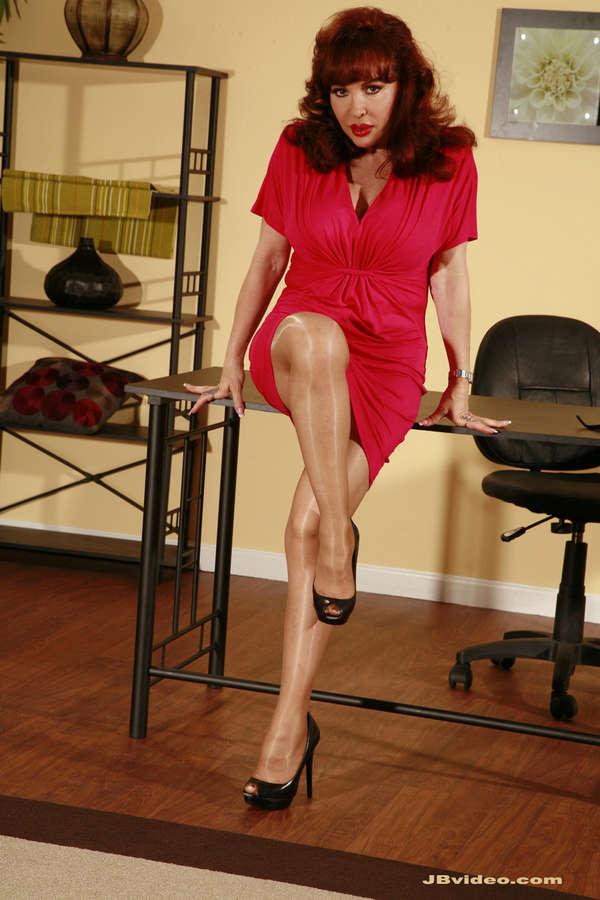 ещё сильнее женские чулки на ножках бальзаковского возраста смотреть красивый классический