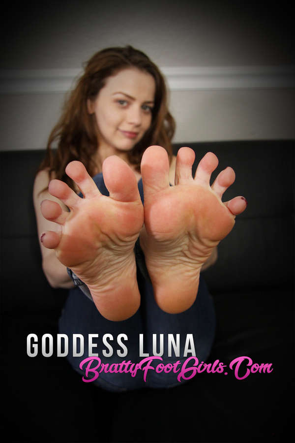 Iva Nora Feet