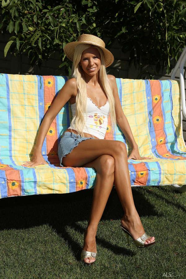 Boroka Bolls Feet (13 photos) - celebrity-feet.com