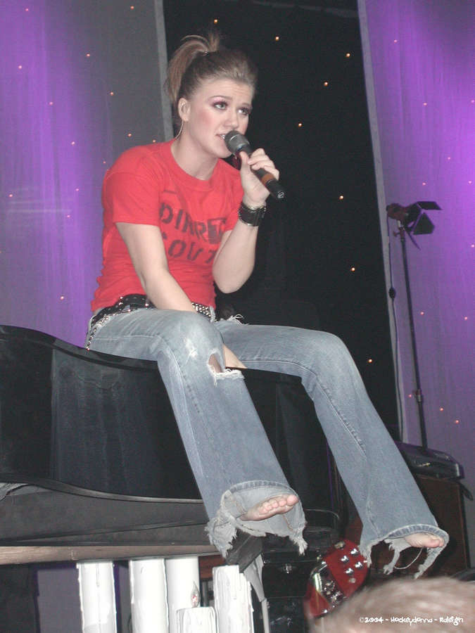 Kelly Clarkson Feet