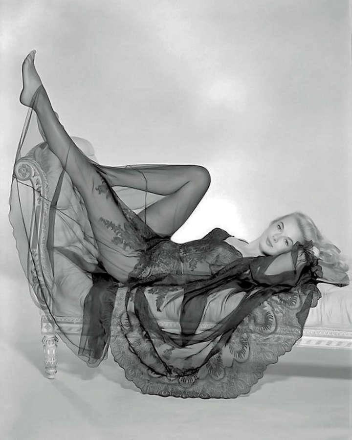 leslie parrish feet - 720×900