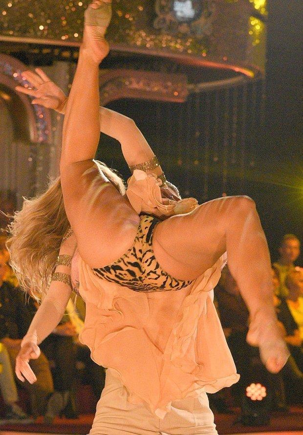 Во время танца у партнерши вывалилась грудь