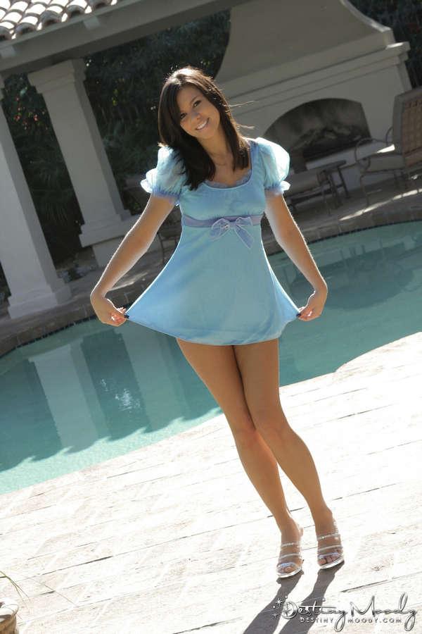 Женщина в очень коротком платье и без него — pic 8